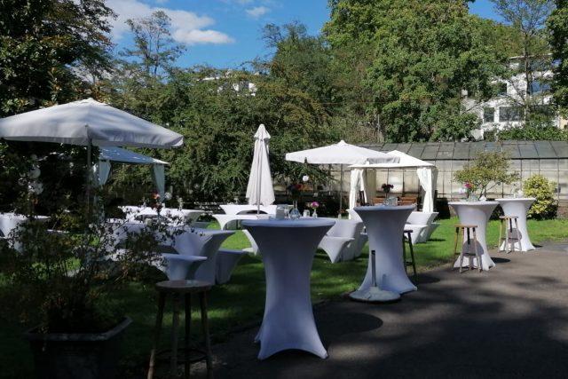 Garten mit Bierzeltgarnituren und Pavillon 2