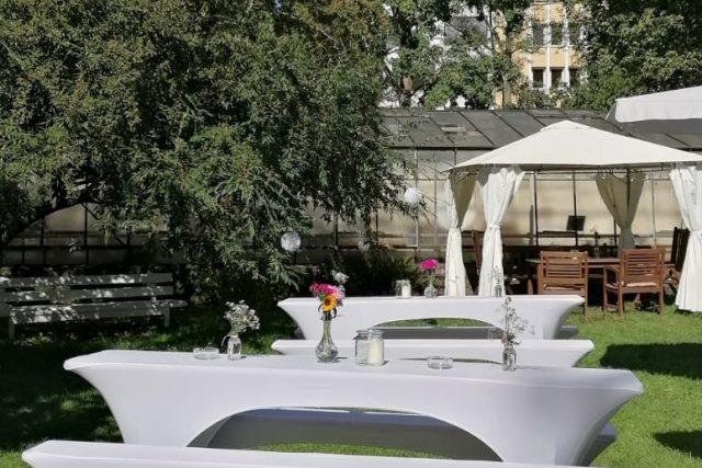 Garten mit Bierzeltgarnituren und Pavillon