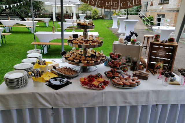 Garten mit kleinem Kuchenbuffet